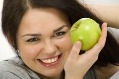 Mujer joven con la manzana Imágenes de archivo libres de regalías