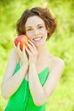 Mujer joven con la manzana Fotos de archivo