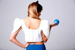 Mujer joven con la manzana azul Foto de archivo libre de regalías