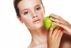 Mujer joven con la manzana verde, aislada en el fondo blanco fotos de archivo