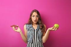mujer joven con la manzana y el chocolate Fotografía de archivo