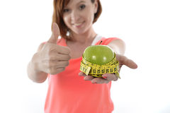 Mujer joven con la manzana y la cinta de la medida fotografía de archivo libre de regalías