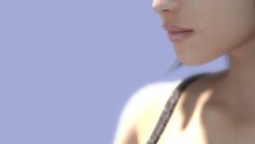 Mujer joven con la mariposa