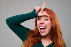 Mujer joven con la muestra del perdedor en la frente Fotos de archivo libres de regalías