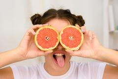 Mujer joven con la naranja Imágenes de archivo libres de regalías