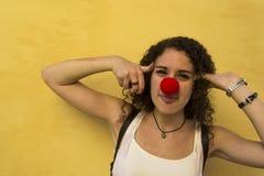 Mujer joven con la nariz del payaso Foto de archivo libre de regalías