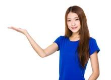 Mujer joven con la palma abierta de la mano Foto de archivo