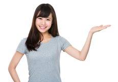 Mujer joven con la palma abierta de la mano Foto de archivo libre de regalías