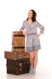 mujer joven con la pila de maletas retras Foto de archivo libre de regalías