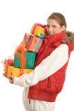 Mujer joven con la pila de regalos Fotos de archivo libres de regalías
