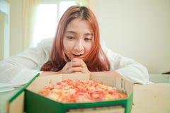 Mujer joven con la pizza Foto de archivo libre de regalías