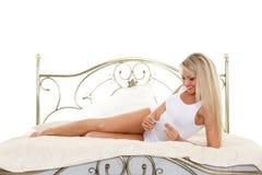 Mujer joven con la prueba de embarazo. Fotografía de archivo
