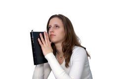 Mujer joven con la rogación de la biblia Imagenes de archivo
