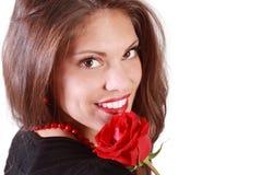 Mujer joven con la rosa del rojo en su hombro Fotos de archivo
