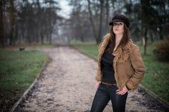 Mujer joven con la situación y la presentación del sombrero Imagenes de archivo