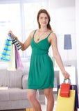 Mujer joven con la sonrisa de los bolsos de compras Imágenes de archivo libres de regalías