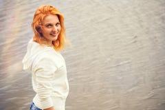 Mujer joven con la sonrisa feliz del pelo rojo imagenes de archivo