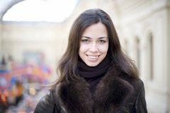 Mujer joven con la sonrisa larga del pelo imagenes de archivo