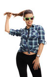 Mujer joven con la sonrisa verde de las gafas de sol Fotografía de archivo libre de regalías