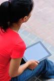 Mujer joven con la tableta fotografía de archivo libre de regalías