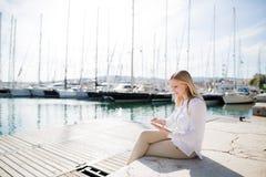 Mujer joven con la tableta digital al aire libre Imágenes de archivo libres de regalías