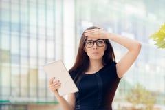 Mujer joven con la tableta que tiene una idea Imagen de archivo
