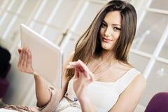 Mujer joven con la tablilla fotografía de archivo libre de regalías