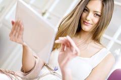 Mujer joven con la tablilla imágenes de archivo libres de regalías
