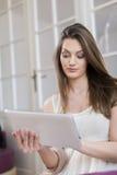 Mujer joven con la tablilla imagenes de archivo