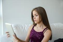 Mujer joven con la tablilla Imagen de archivo libre de regalías
