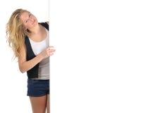 Mujer joven con la tarjeta blanca Fotografía de archivo libre de regalías
