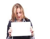 Mujer joven con la tarjeta en blanco Fotos de archivo