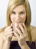Mujer joven con la taza Imagenes de archivo