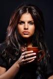 Mujer joven con la taza Fotografía de archivo