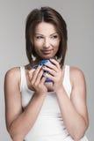 Mujer joven con la taza Imágenes de archivo libres de regalías