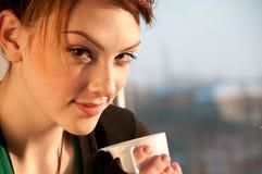 Mujer joven con la taza de café Fotografía de archivo libre de regalías