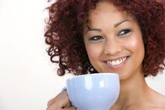 Mujer joven con la taza de café Imágenes de archivo libres de regalías