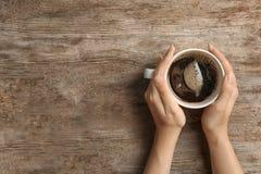 Mujer joven con la taza de café caliente delicioso fotos de archivo