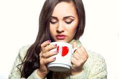 Mujer joven con la taza de té Fotos de archivo