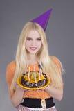 Mujer joven con la torta de cumpleaños Fotografía de archivo