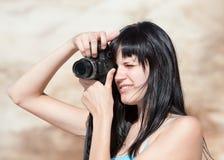 Mujer joven con las cámaras digitales fotos de archivo
