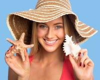 Mujer joven con las cáscaras del mar foto de archivo libre de regalías