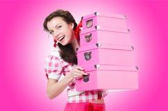 Mujer joven con las cajas de almacenamiento Fotos de archivo libres de regalías