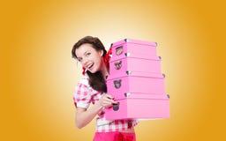 Mujer joven con las cajas de almacenamiento contra Imagen de archivo