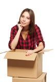 Mujer joven con las cajas de cartón Imagenes de archivo