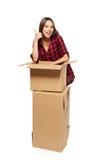 Mujer joven con las cajas de cartón Fotos de archivo libres de regalías