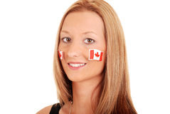 Mujer joven con las etiquetas engomadas de Canadá en cara Foto de archivo