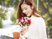 Mujer joven con las flores Fotografía de archivo libre de regalías