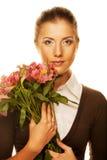 Mujer joven con las flores rosadas imágenes de archivo libres de regalías