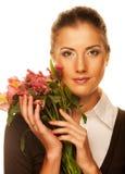 Mujer joven con las flores rosadas imagen de archivo
